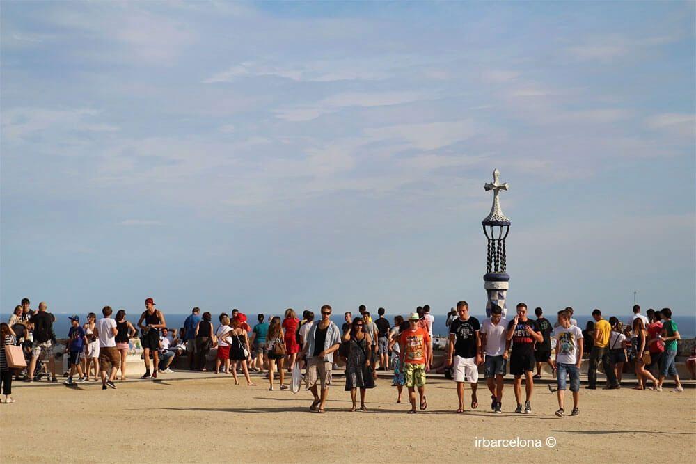 gent a l'esplanada del Park Güell